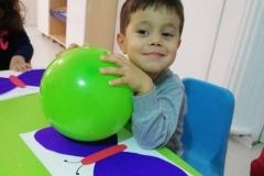 Balonla elektiriklenme deneyi balonu önce saçımıza sürttük daha sonra kelebeğin kanatlarına dokundurduk ve kanatlarının nasıl hareket ettiğini izledik😊